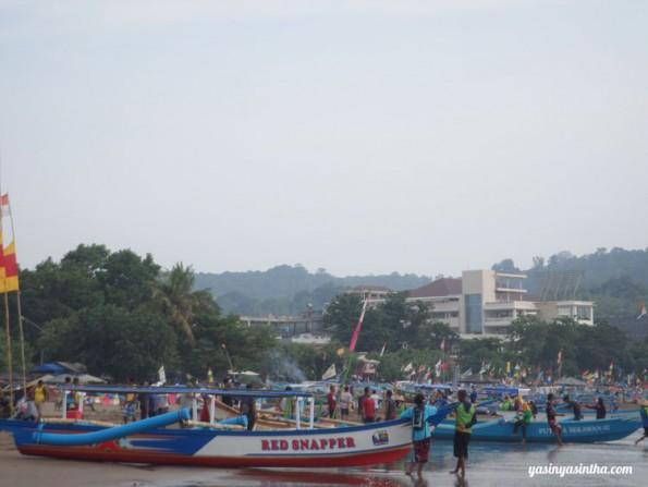 Pantai sejuta umat, kebayang ga sih kalau lagi holiday gimana