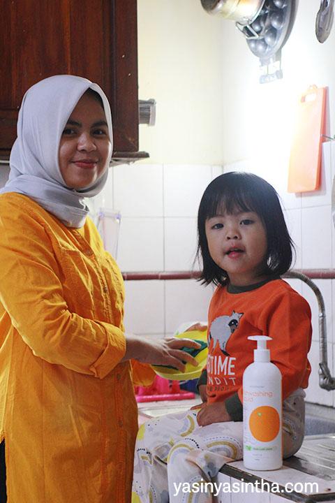 pengalaman menggunakan omo dishwashing untuk mencuci peralatan makan anak