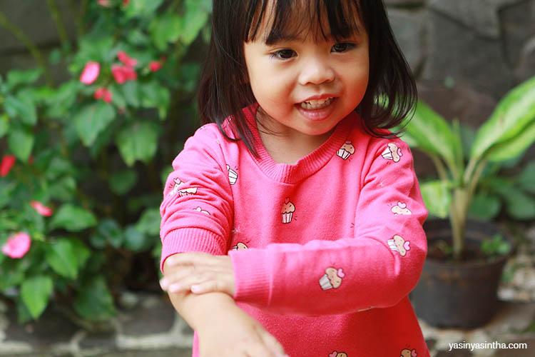 menggunakan lotion anti nyamuk sebelum beraktivitas, dipakai oleh yaya anak yasinta seorang blogger bandung