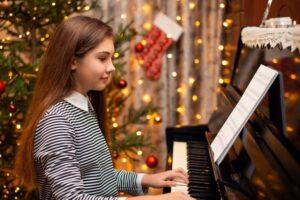 Seorang gadis yang sedang bermain piano untuk hari natal.